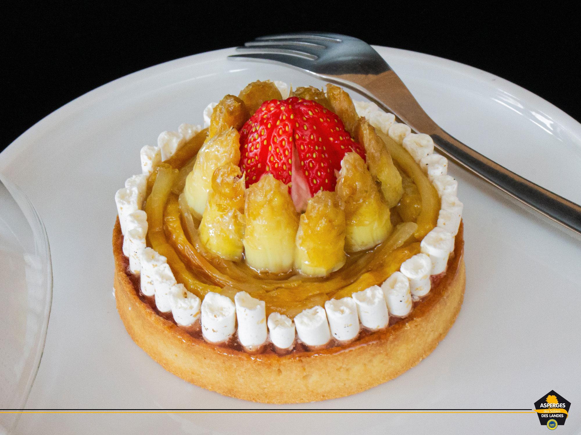 Contemporaine, l'Asperge des Sables des Landes surprend aussi en tartelette, accompagnée d'une fraise de saison